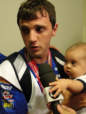 Montillo cruzeiro com o filho Santino (Foto: Marco Antônio Astoni / Globoesporte.com)