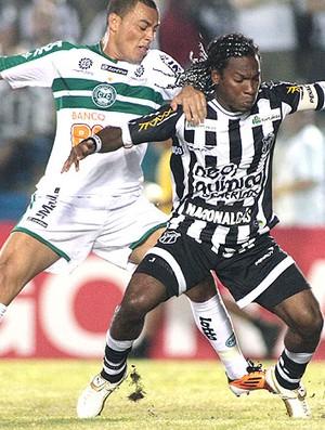 Geraldo do Ceará disputa bola com Léo gago do Coritiba (Foto: Jarbas Oliveira / Ag,. Estado)