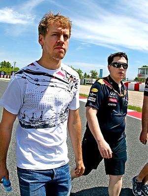 Vettel durante passeio na pista de Barcelona (Foto: EFE)