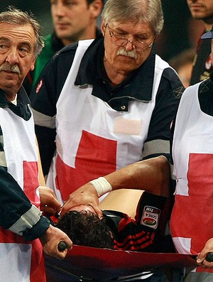 alexandre pato milan lesionado contusão (Foto: agência AP)