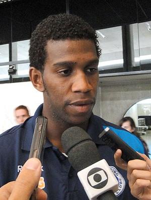 Zagueiro Gil no desembarque em Belo Horizonte (Foto: Fernando Martins / Globoesporte.com)