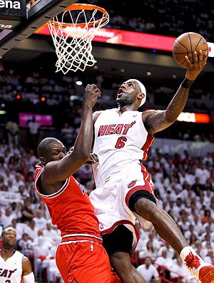 LeBron James na partida do Miami Heat contra o Bulls (Foto: Reuters)