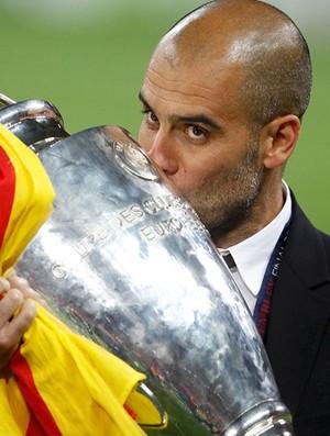 guardiola barcelona beija a taça liga dos campeões (Foto: agência Reuters)