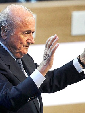Blatter comemora elei&#231;&#227;o na Fifa (Foto: AP)