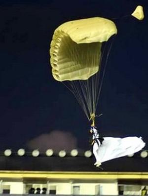 Paraquedista traz camisa do Santos (Foto: Divulgação)