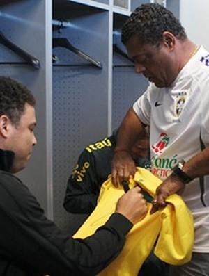Ronaldo autografa camisa para o roupeiro Barreto (Foto: Ricardo Stuckert / CBF)