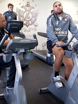 Adriano corinthians musculação academia (Foto: Daniel Augusto JR / Agência Estado)