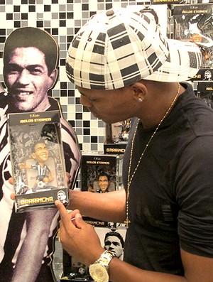 Maicosuel boneco Garrincha Botafogo (Foto: Thiago Fernandes / Globoesporte.com)