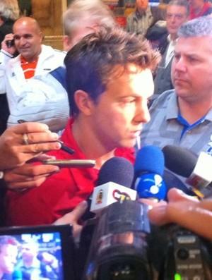 Dagoberto no desembarque do São Paulo (Foto: Marcelo Prado / Globoesporte.com)