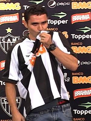 Caio apresentado no Atlético-MG (Foto: Nelson Dias)