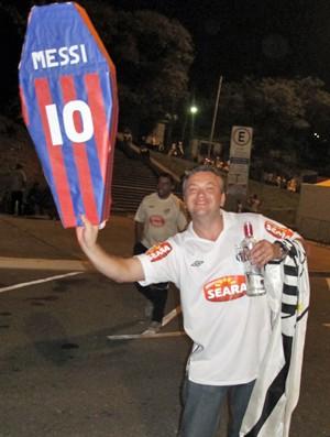 Torcedor do Santos mostra o caixão com o nome do craque argentino Lionel Messi (Foto: Marcelo Mora/G1)