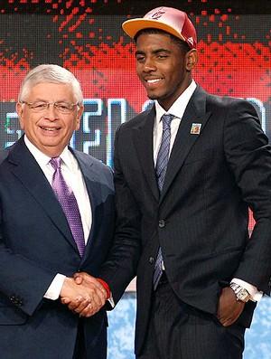 Kyrie Irving é escolhido no Draft da NBA pelo Cleveland (Foto: Getty Images)