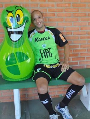 Fábio Júnior, atacante do Cruzeiro, posa ao lado do João Sorrisão (Foto: Assessoria de Comunicação AFC / Paulo Duarte)