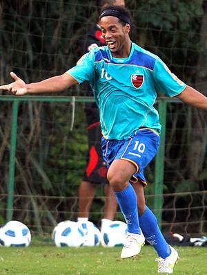 Ronaldinho Gaúcho sorridente no treino do Flamengo (Foto: Jorge Wiliam / Agência O Globo)