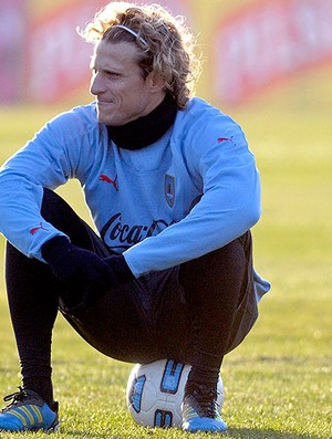 Diego Forlan no treino do Uruguai (Foto: AP)