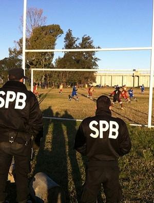 polícia presidiários jogo Pioneros (Foto: Marcelo Pizzi)