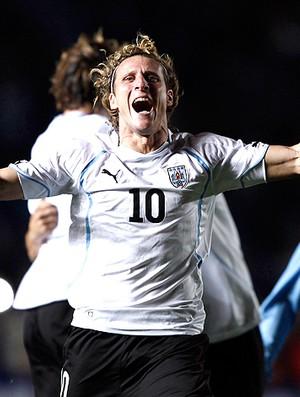 Forlan comemora Uruguai (Foto: Reuters)