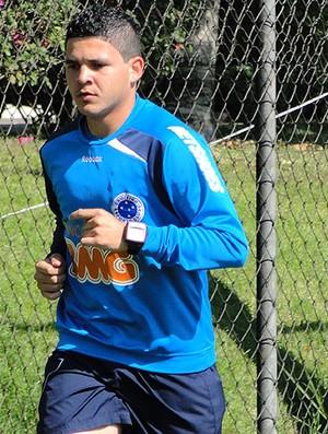 Diego Renan no treino do Cruzeiro (Foto: Matheus Maciel / Globoesporte.com)