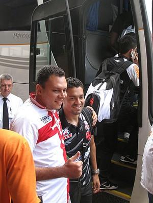 Eder Luis com torcedor no desembarque do Vasco em Ipatinga (Foto: Fred Huber / GLOBOESPORTE.COM)