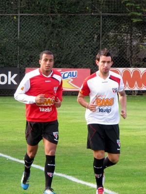 Cañete corre ao lado de Lucas no treino do São Paulo (Foto: Marcelo Prado / GLOBOESPORTE.COM)