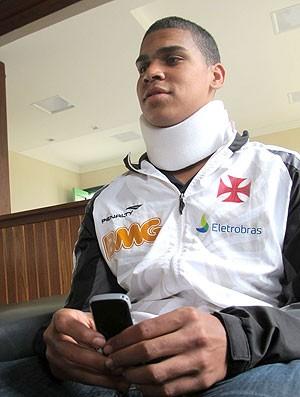 Elivélton do Vasco durante entrevista sobre agressão (Foto: Edgard Maciel / Globoesporte.com)