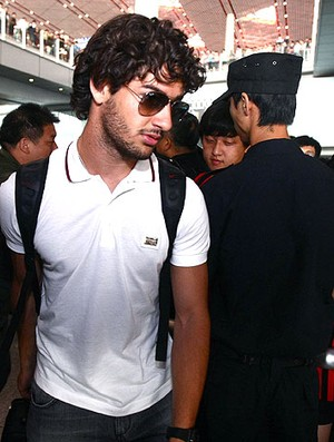 Pato no desembarque do Milan (Foto: AFP)