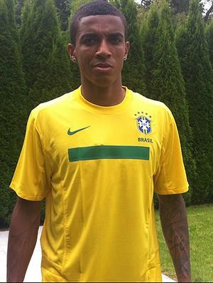 Luiz Gustavo veste camisa da seleção EE (Foto: João Ramalho / TV Globo)