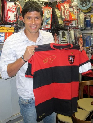 Fábio com a camisa (Foto: Richard Souza/Globoesporte.com)