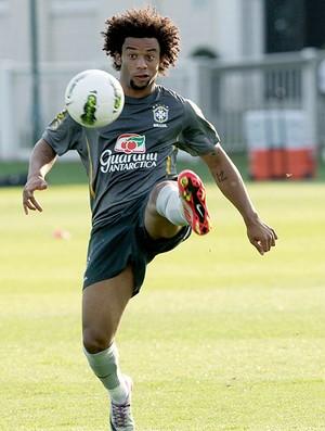 Marcelo no treino da Seleção em Londres (Foto: Mowa Press)