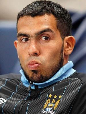 Tevez no banco do Manchester City (Foto: Reuters)