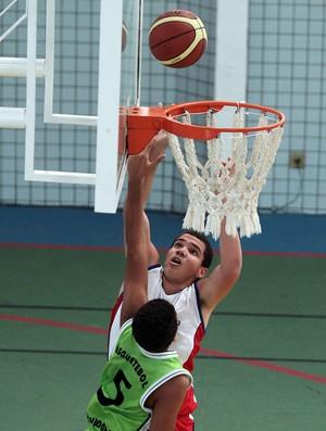 André Luis Gomes, de 1,93m, do time de basquete do Colégio Universo do Pará, nas Olimpíadas Escolares (Foto: Wander Roberto / COB)