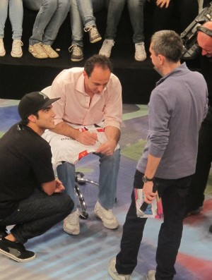 Rogério Ceni assina camisa para o ator Caio Castro no programa Altas Horas com Serginho Groissman (Foto: Marcelo Prado / Globoesporte.com)