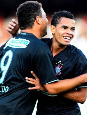 Ronaldo e Dentinho comemoram gol do Corinthians sobre o São Paulo (Foto: Marcos Ribolli/Globoesporte.com)