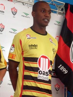 gilberto com camisa nova do vitoria (Foto: Eric Luis Carvalho/Globoesporte.com)
