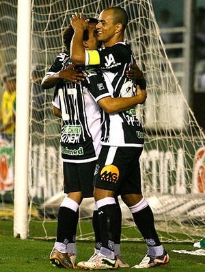 Julio Cesar e Wellington Nem comemoram gol do Figueirense (Foto: Ag. Estado)