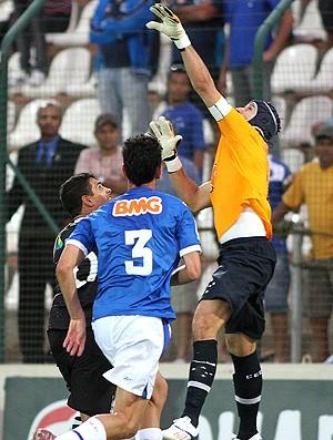 Diego Souza dá chapeu em Fábio do Cruzeiro (Foto: Ag. Lance)