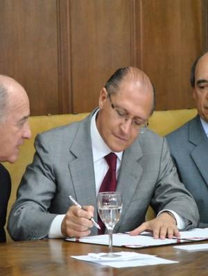 Geraldo Alckmin Brasil Open assinatura (Foto: João Gabriel Rodrigues / Globoesporte.com)