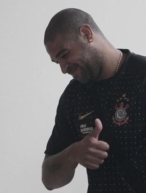Adriano, do Corinthians, chega ao Pacaembu (Foto: Miguel Schincariol / Globoesporte.com)