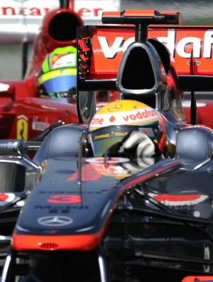 Hamilton e Massa disputam posição  (Foto: AFP)