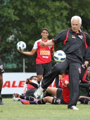 Leão chuta a bola durante o treino (Foto: João Neto / Vipcomm)