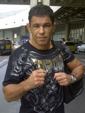 Rodrigo Minotauro no aeroporto do Rio de Janeiro (Foto: Edgard Maciel de Sá (Globoesporte.com))