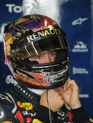 Vettel tira o capacete após batida em Abu Dhabi (Foto: AFP)