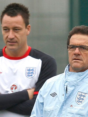 Fabio Capello e Terry no treino da Inglaterra (Foto: Reuters)
