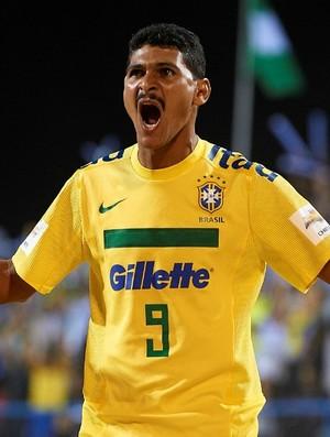 André comemora gol da seleção brasileira de futebol de areia em Dubai (Foto: Divulgação / BSWW)