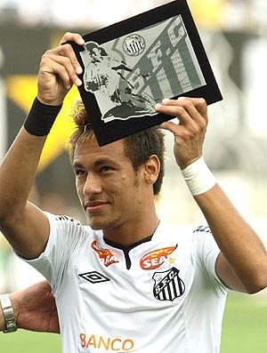 Neymar ganha placa do Santos (Foto: Maurício de Souza / Ag. Estado)
