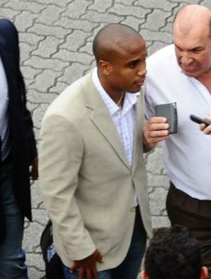 Borges, no embarque do Santos para o Japão (Foto: Marcos Ribolli / globoesporte.com)