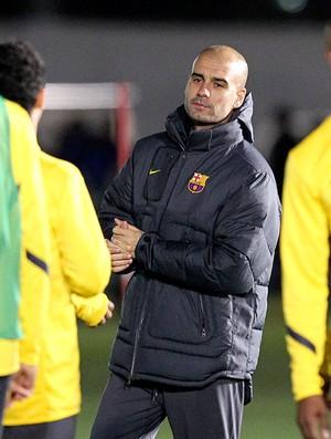 Pep Guardiola no treino do Barcelona no Japão (Foto: AP)