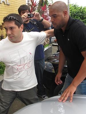 Adriano delegacia (Foto: Marcelo Baltar / Globoesporte.com)