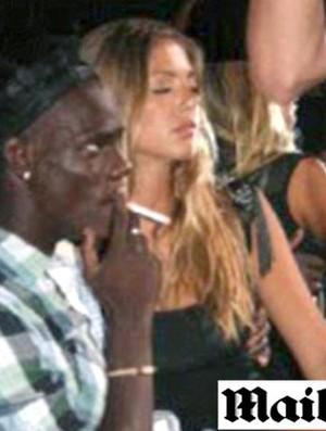 Mario Balotelli fumando cigarro (Foto: Reprodução / Mail Online)