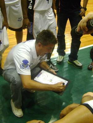 Técnico do Bauru, Guerrinha, orienta os jogadores durante partida diante do Paulistano (Foto: Guilherme Martins / GLOBOESPORTE.COM)